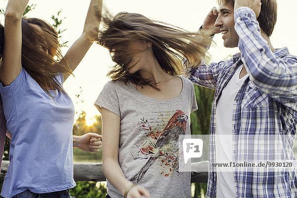 Freunde feiern gemeinsam im Freien
