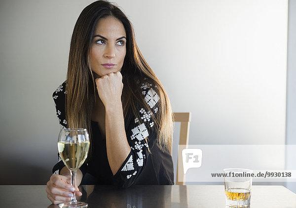Europäer Frau Einsamkeit Weißwein trinken