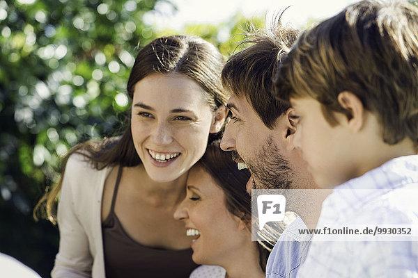 Familie lacht gemeinsam im Freien