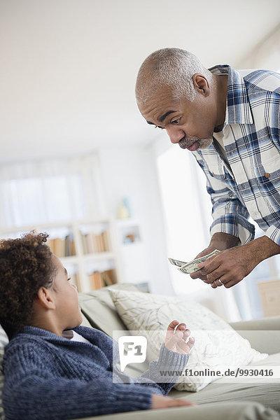 geben Enkelsohn Großvater mischen Geld Mixed