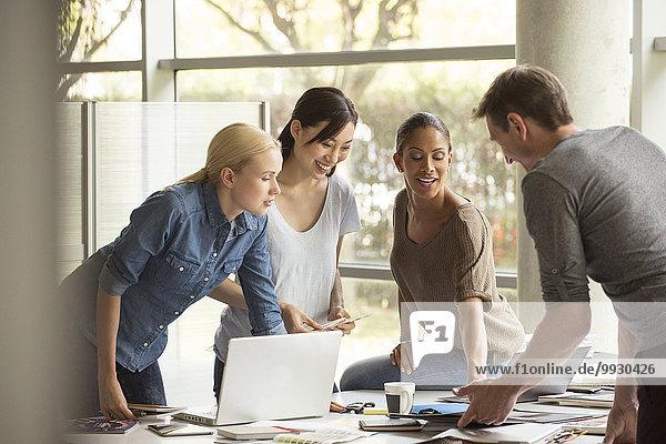 Geschäftspartner arbeiten zusammen