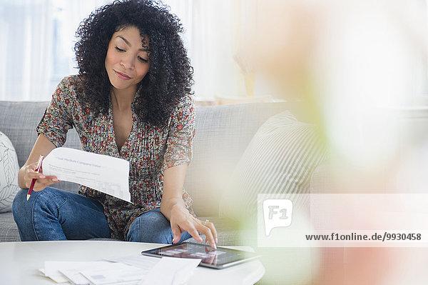 Frau bezahlen zahlen mischen Tablet PC Rechnung Mixed