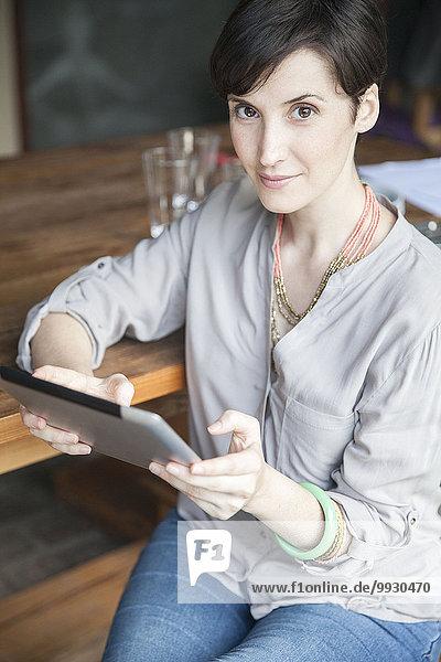 Frau mit digitalem Tablett  Portrait