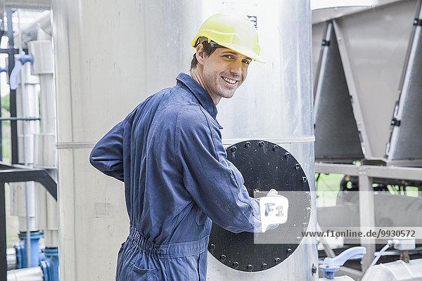 Facharbeiter beim Betrieb der Verbrennungsanlage im Kraftwerk