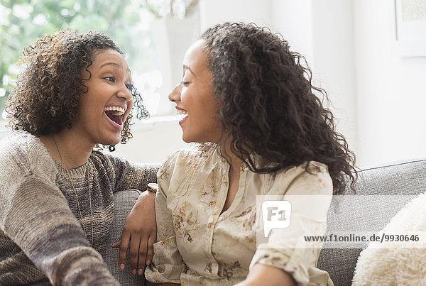 Frau sprechen lachen Couch