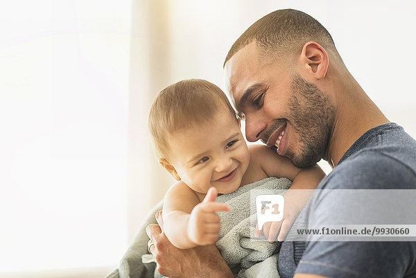 Menschlicher Vater Sohn trocknen Handtuch Baby