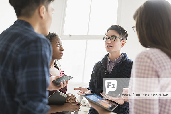 Zusammenhalt Mensch Technologie Büro Menschen arbeiten Business