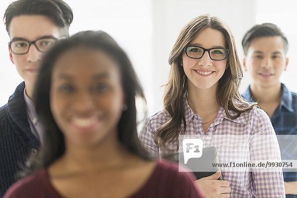Geschäftsfrau lächeln halten Büro Tablet PC