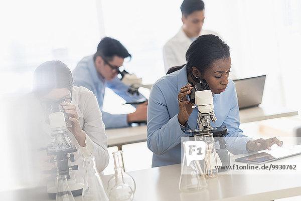 benutzen Labor Wissenschaftler Tablet PC Mikroskop Forschung