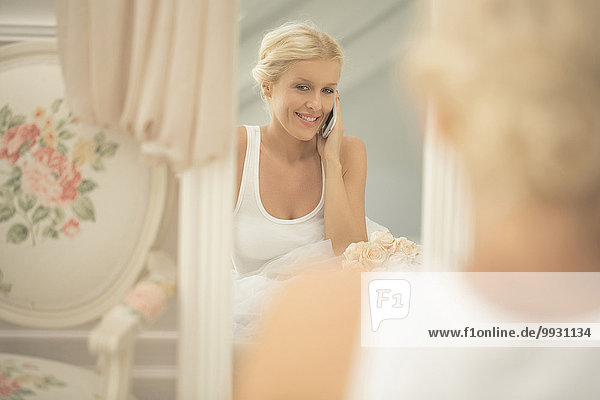 Handy sprechen Braut lächeln Spiegel