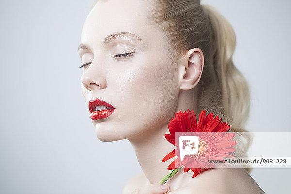 Europäer Frau Blume Lippenstift Übereinstimmung halten rot