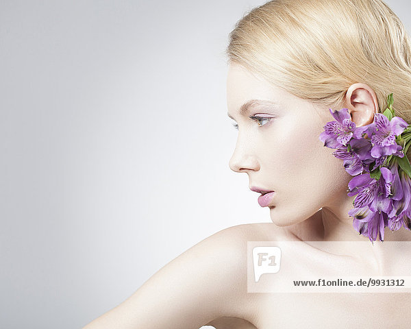 Europäer Frau Blume lila Kleidung Haar