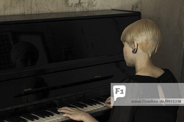 Europäer Frau Klavier spielen