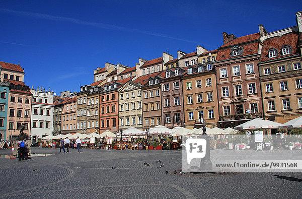 Warschau Hauptstadt Europa Wohnhaus Gebäude Fassade Hausfassade Statue Altstadt UNESCO-Welterbe Marktplatz Polen Rynek Starego Miasta Schwert