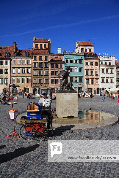 Warschau Hauptstadt Europa Wohnhaus Gebäude Fassade Hausfassade Statue Altstadt UNESCO-Welterbe Drehorgel Marktplatz Polen Rynek Starego Miasta Schwert