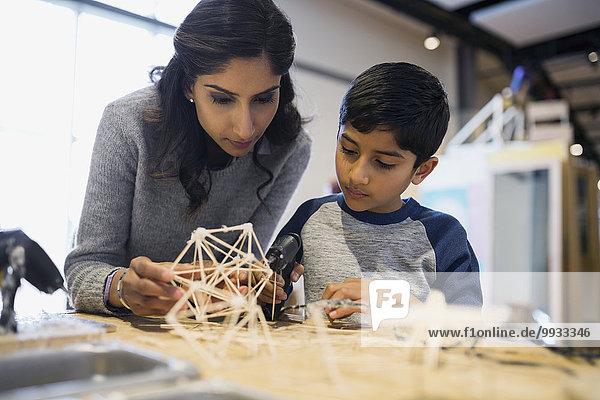 Mutter und Sohn montieren Zahnstocher Modell Science Center