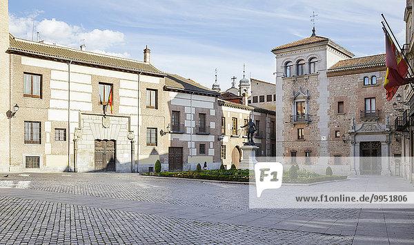 Plaza de la Villa mit Torre de los Lujanes  Lujanes-Turm  eines der ältesten Gebäude in Madrid und Casa de Cisneros  Madrid  Spanien  Europa