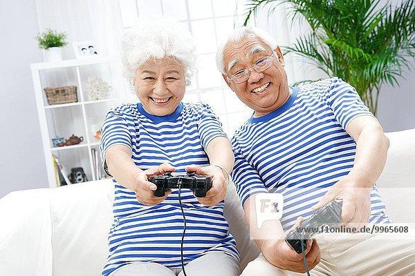 Fröhlichkeit Senior Senioren Spiel spielen