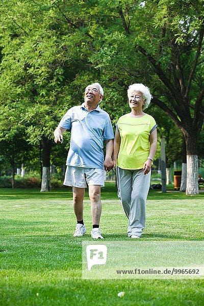 Fröhlichkeit gehen Senior Senioren