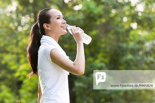 junge Frau junge Frauen trinken
