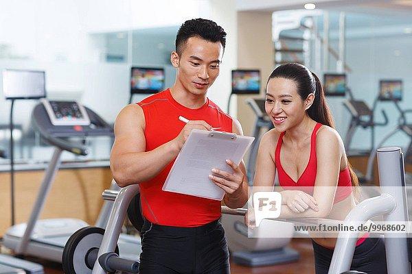 Fitness-Studio Frau Mann jung