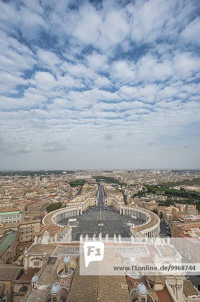 Ausblick von der Kuppel der Basilika San Pietro oder Petersdom auf den Petersplatz und Via della Conciliazione  Vatikanstaat  Vatikan  Rom  Latium  Italien  Europa