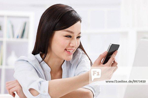 Handy Frau halten Kurznachricht