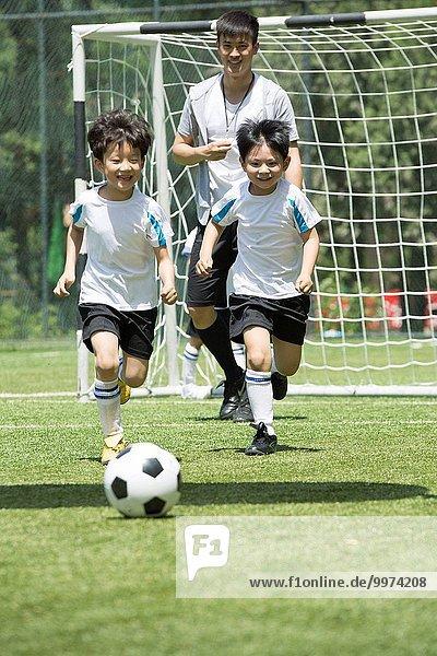 Führung Anleitung führen führt führend Junge - Person Feld Football