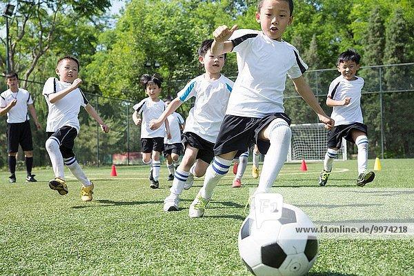Junge - Person Feld Football spielen