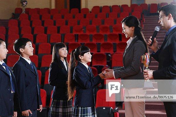 geben Lehrer Auszeichnung Schule (Einrichtung) Schüler Globalisierung Anfang