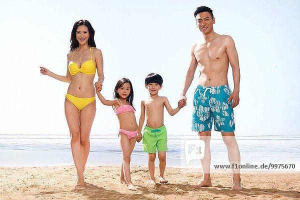 4 Fröhlichkeit Strand spielen
