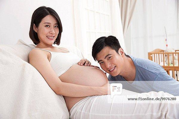 zuhören Menschlicher Vater streicheln Schwangerschaft jung Fetus