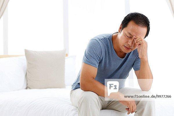 Mann reifer Erwachsene reife Erwachsene Kopfschmerz Schlafzimmer