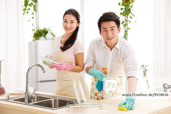 Reinigung Küche jung