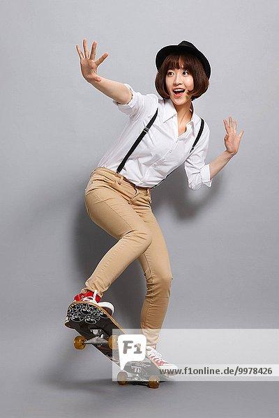 junge Frau junge Frauen Skateboarding
