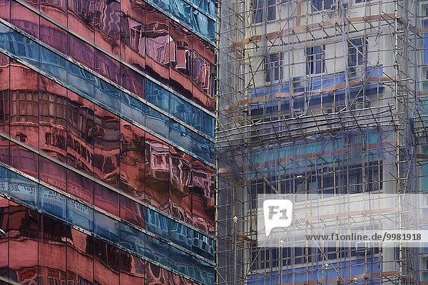 Glasfassade und eingerüstete Fassade  Hongkong  China  Asien