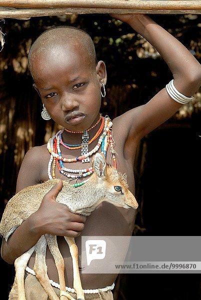 klein umarmen Mädchen Antilope