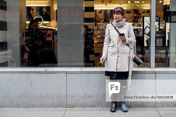 Vereinigte Staaten von Amerika USA rauchen rauchend raucht qualm qualmend qualmt Attraktivität Angestellter Weg Zigarette braunhaarig Laden New York City