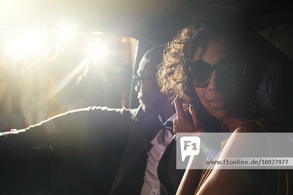 Porträt des Prominentenpaares in der Limousine bei der Ankunft am Event