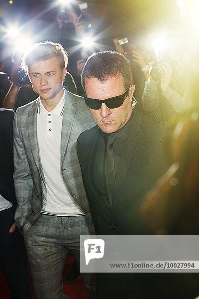 Bodyguard begleitet Prominente bei der Veranstaltung