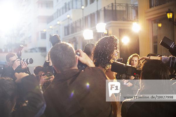 Paparazzi fotografiert Prominente bei der Veranstaltung
