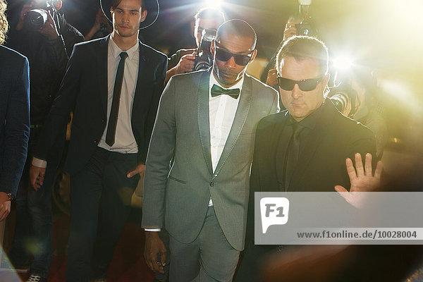Bodyguard begleitet Prominente beim Eintreffen auf der Veranstaltung