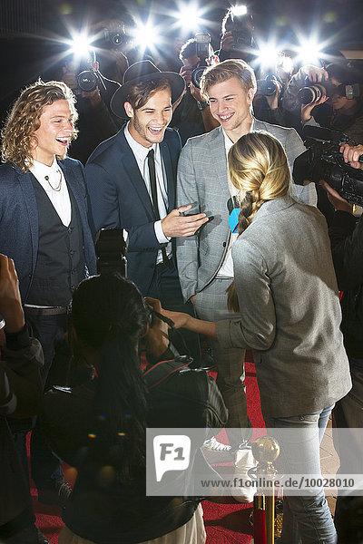 Prominente  die von Paparazzi auf der Veranstaltung interviewt und fotografiert werden