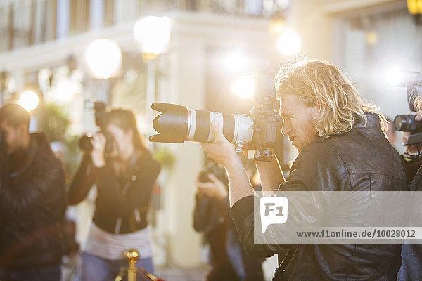 Paparazzi-Fotografen zeigen Kameras auf die Veranstaltung