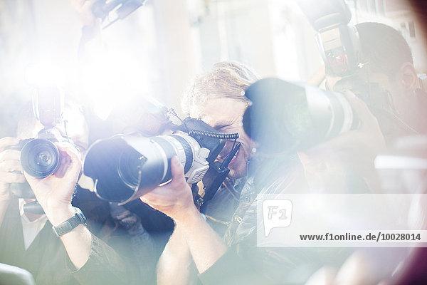 Nahaufnahme von Paparazzi-Fotografen  die Kameras auf die Veranstaltung richten