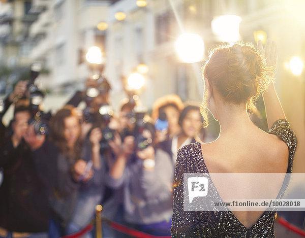 Prominente winkende Paparazzi-Fotografen bei der Veranstaltung