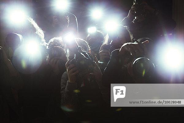 Nahaufnahme von Paparazzi-Fotografen  die auf Kameras zeigen