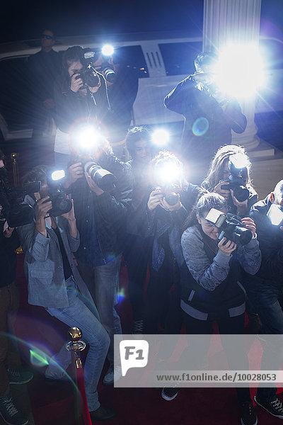 Paparazzi-Fotografen richten Kameras auf den roten Teppich