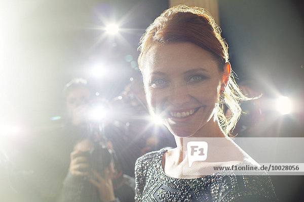 Nahaufnahme des Porträts einer lächelnden Berühmtheit beim Paparazzi-Event