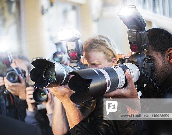 Nahaufnahme von Paparazzi-Fotografen, die Kameras auf die Veranstaltung richten